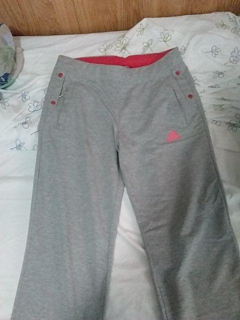 pantalón gris y Rosa