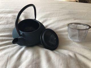 Jarra de té, tetera y posa tazas
