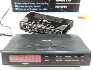Radio reloj despertador SANYO RM-5060.