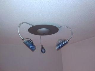 Lámpara de techo con 3 focos azules.