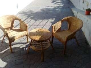 conjunto de dos sillones y mesa de mimbre