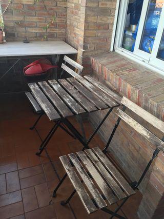 Conjunto mesa y dos sillas exterior IKEA