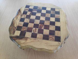 Ajedrez antiguo tallado y piezas en madera