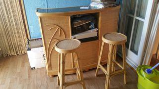 barra de bar y dos taburetes