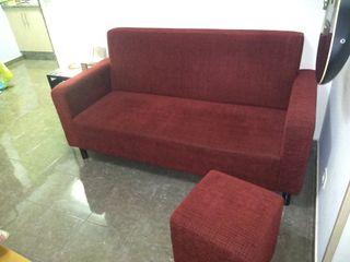 Sofá de tres plazas + puff