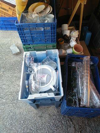 unas 15 cajas llenas de vasos copas tazas platos