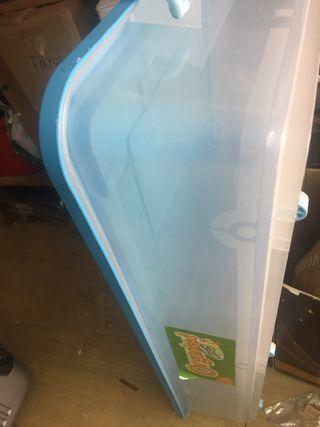 Caja plástico organizar con ruedas debajo cama