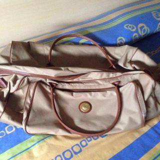 2 maletas para viajar . son grandes .