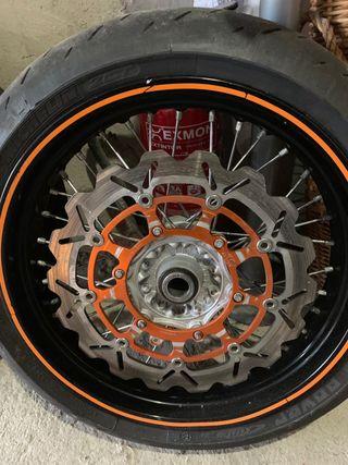 Llantas con neumáticos supermotard muy cuidadas