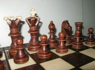 Ajedrez de madera artesanal