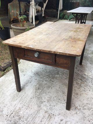 Mesa antigua de madera con cajón