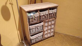 Mueble de madera con cestas forradas en tela