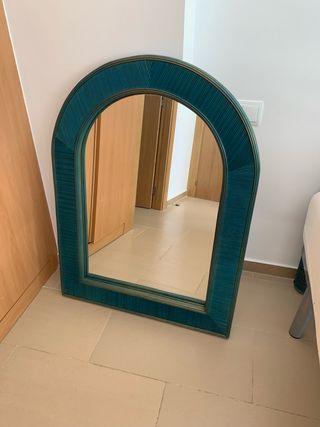 Espejo con marco de mimbre