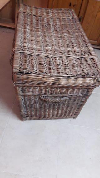 Baúl de mimbre antiguo
