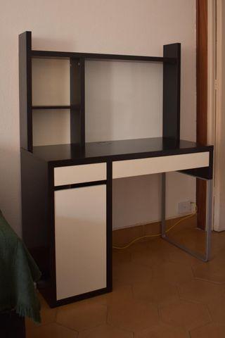 Mesa de escritorio con estantería superior