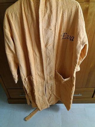 Albornoz color calabaza con nombre bordado.