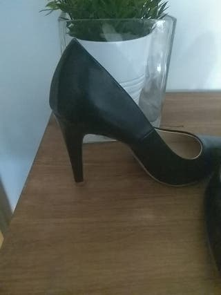 Zapatos polipiel negro de tacón (10cm), T40.