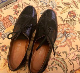 Zapato plano de cordones de Charol y terciopelo