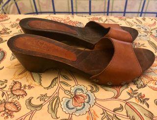 Zueco de madera tipo sandalia