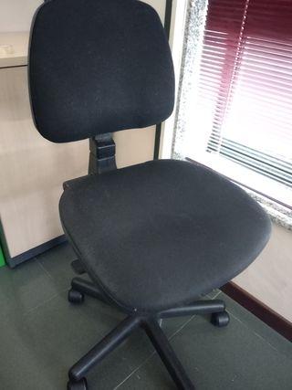 silla negra oficina