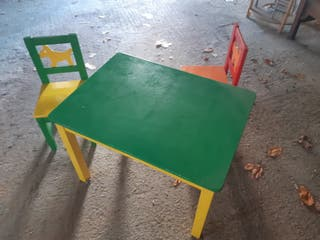 mesita y dos sillas