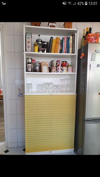 estanteria con cortina