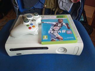 Xbox 360 60GB HDD con un mando y FIFA 2019