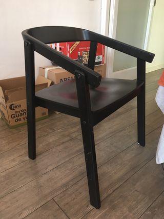 Cuatro sillas negras de diseño ikea Esbjorn
