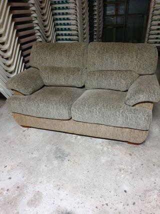 sofá de dos plazas en buen estado