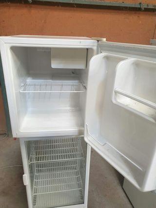 mini nevera com pequeño congelador