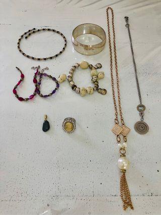 Colgantes, collares, pulseras, anillo