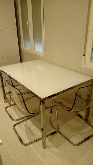 mesa comedor y cuatro sillas de diseño