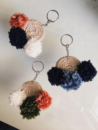 Llaveros artesanales de cuerda y pompones