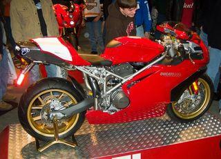 Ducati 999s en estado de exposición