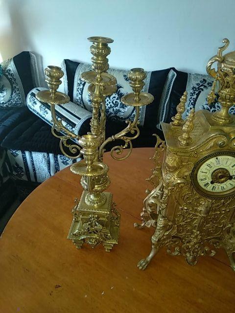 reloj y dos lámparas