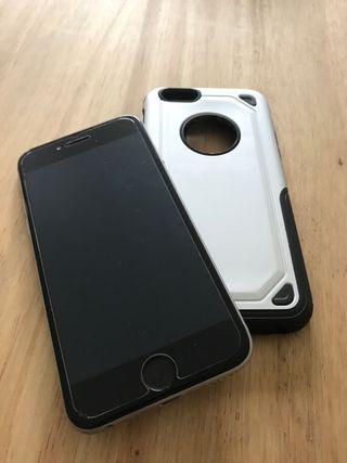 iPhone 6 con salva pantallas y carcasa incluida