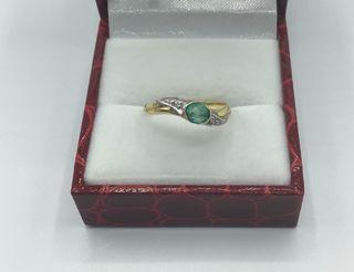 Anillo de oro con esmeralda y diamantes