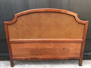 Cabecero de madera maciza con rejilla