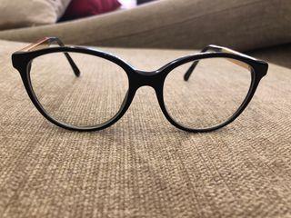 Gafas de ver y funda Chanel