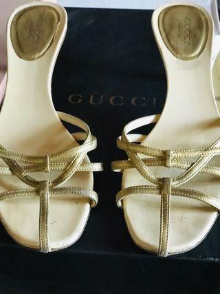 Sandalias Gucci.