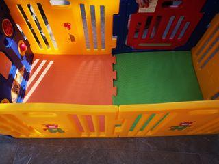 Parque infantil con zona de juegos (tipo corral)