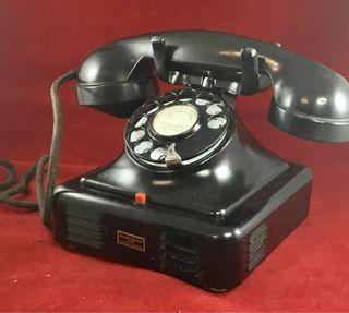 Antiguo teléfono metal y disco original.