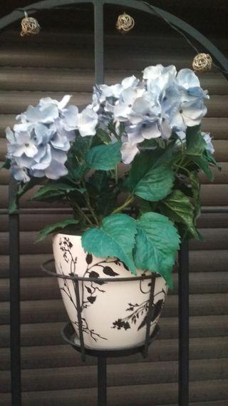 planta artificial. flores azules