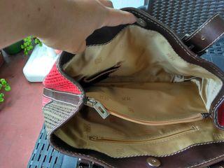 Bolso bicolor rojo y marrón, poco uso