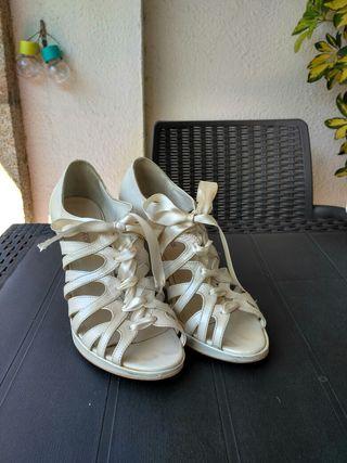 Sandalia de Gloria Ortiz. Piel. Un solo uso.