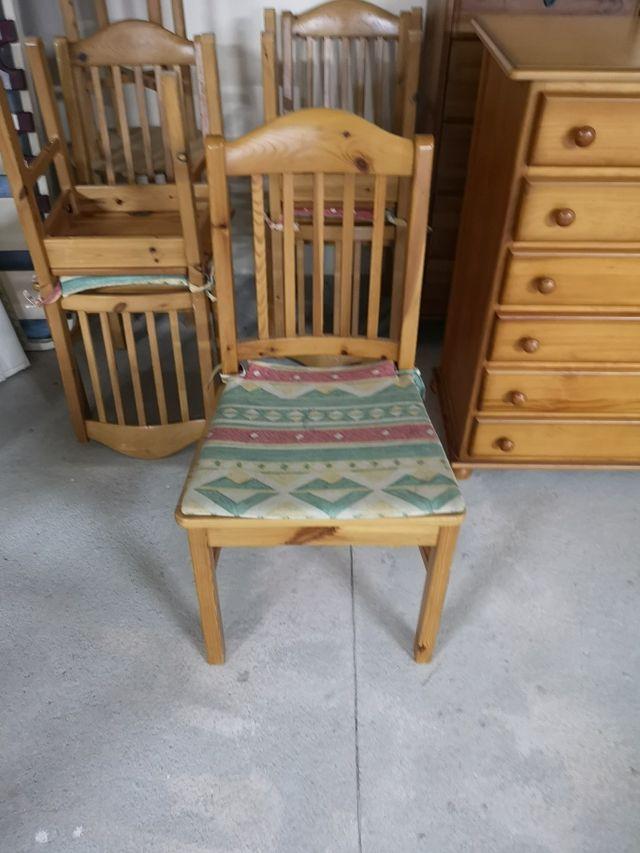 sillas y mesa extensible