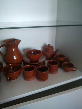 Juego de jarro, tazas, platos, tetera y vasijas