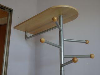 Perchero de diseño Ikea con dos repisas.