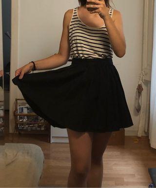 2b4bdf5fc Falda negra plisada de segunda mano en Barcelona en WALLAPOP