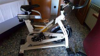 bicicleta indoor con estructura reforzada